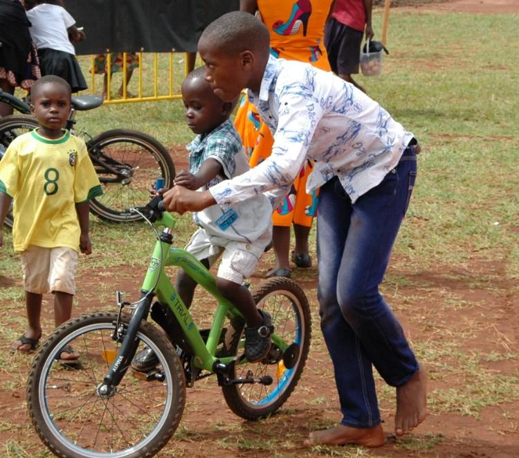 12GO Biking sponsort 50 fietsen aan Tjeko Uganda