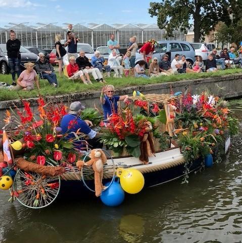 Wat heeft een varend bloemencorso met Tjeko te maken? Normaal gesproken niks, maar dit jaar wel!