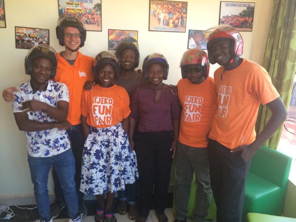 tjeko team uganda nieuwe helmen boda boda